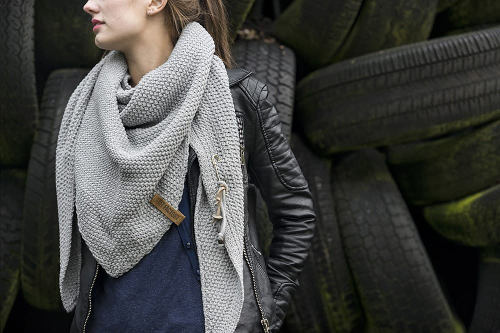 knit factory 1206011 coco omslagdoek licht grijs 2