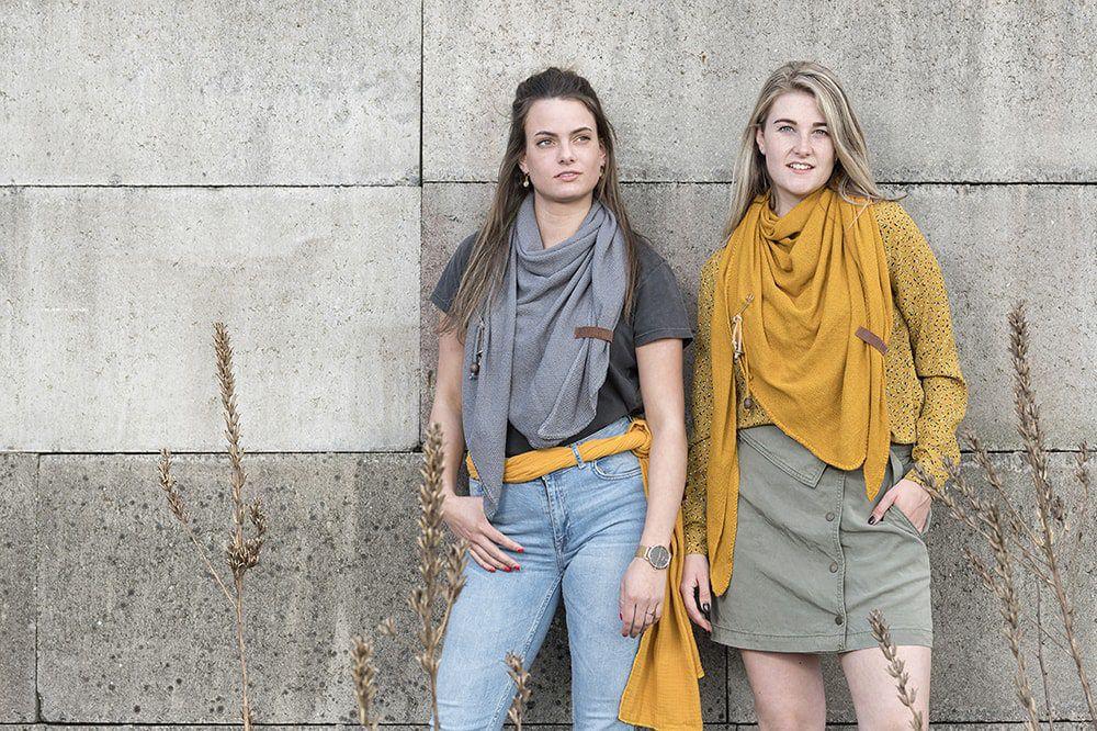 knit factory kf130060017 lola omslagdoek oker 4