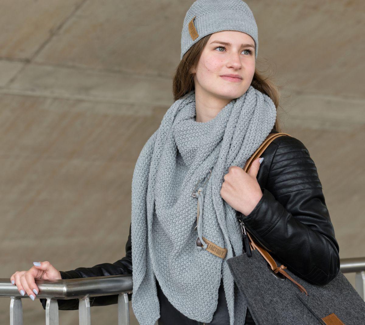 coco triangle scarf light grey
