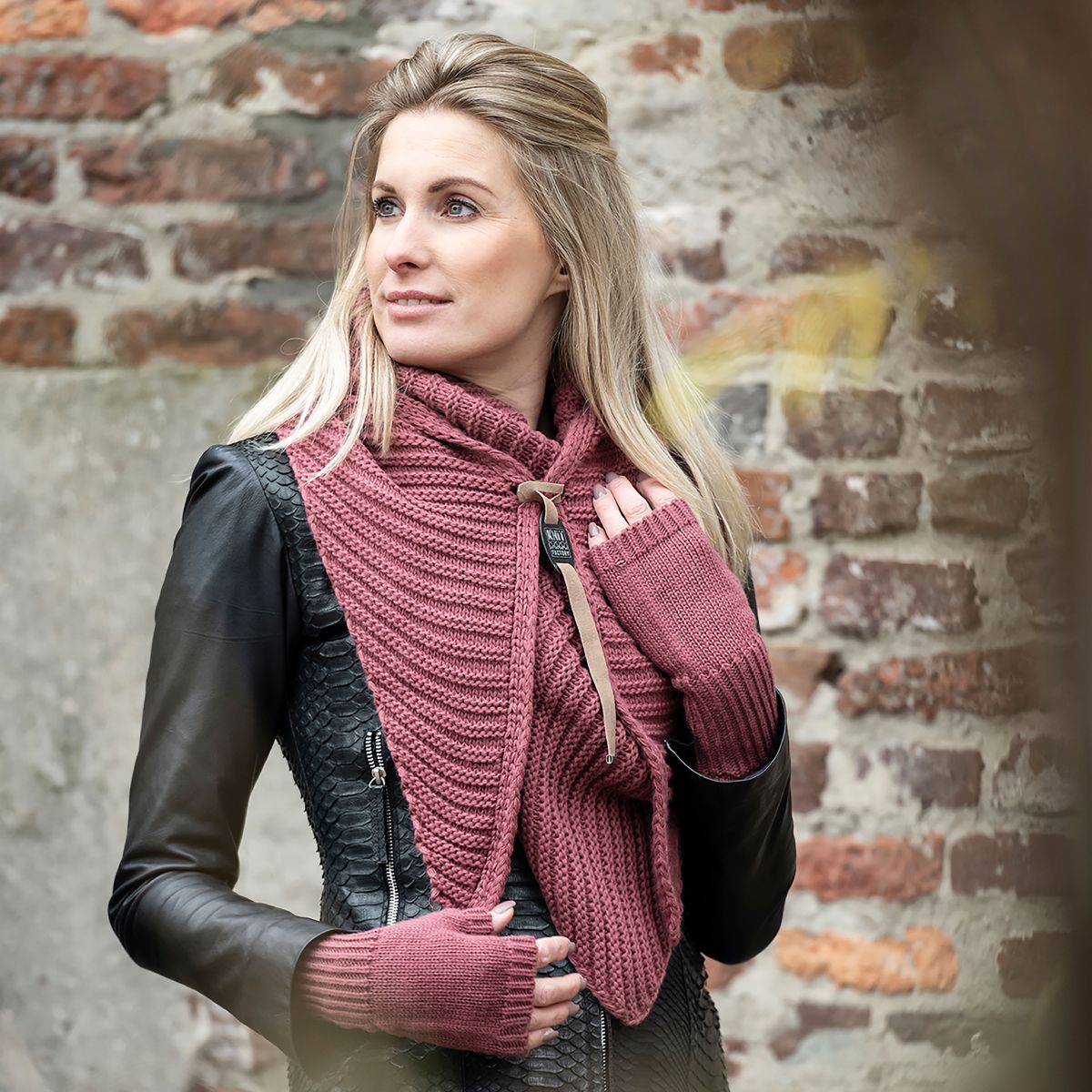 demy triangle scarf stone red