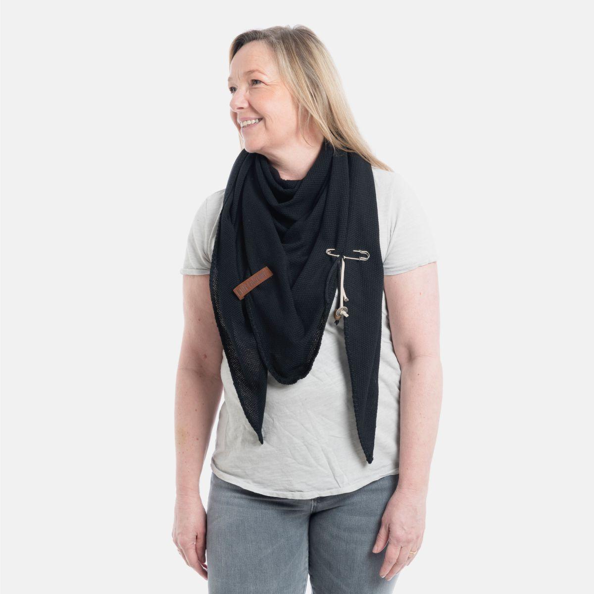 knit factory 1306000 lola omslagdoek zwart 3